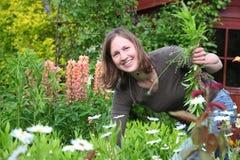 La mujer trabaja en el jardín imágenes de archivo libres de regalías