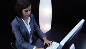 La mujer trabaja en el ordenador y mostrar una tarjeta metrajes