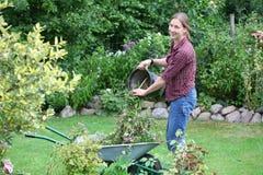 La mujer trabaja en jardín Fotos de archivo libres de regalías