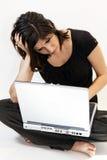 La mujer triguena joven tiene problemas del ordenador Imagenes de archivo