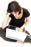 La mujer triguena joven trabaja en el ordenador Fotos de archivo libres de regalías
