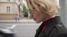 La mujer triste con la cabeza arqueó abajo caminar en la calle de la ciudad almacen de metraje de vídeo