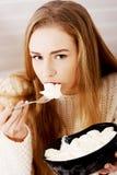 La mujer triste, deprimida que come helado. Fotos de archivo