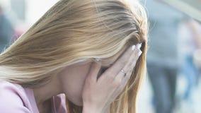La mujer triste que se sentaba en calle cansó del ritmo diario, vida agotadora en megalópoli almacen de metraje de vídeo