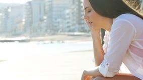 La mujer triste se está quejando en la playa metrajes