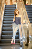 La mujer turística del viaje y abajo una escalera móvil Fotografía de archivo libre de regalías
