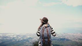 La mujer turística emocionada visión trasera sube al paisaje asombroso del top de la montaña en Vesuvio en Italia con los brazos  almacen de video