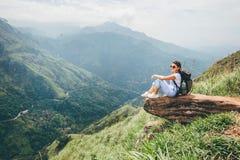 La mujer turística goza con hermosa vista en las montañas en Ella, senior Imágenes de archivo libres de regalías