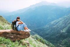 La mujer turística goza con hermosa vista en las montañas y el valle Imágenes de archivo libres de regalías