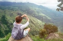 La mujer turística goza con hermosa vista en las montañas y el valle en Ella Rock, Sri Lanka Imágenes de archivo libres de regalías
