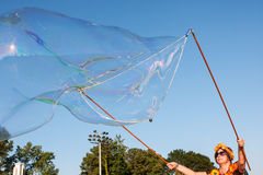 La mujer utiliza el agua jabonosa para hacer la burbuja masiva en el festival Imagen de archivo