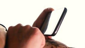 La mujer utiliza el smartphone para la comunicación