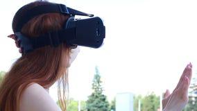 La mujer utiliza los vidrios de una realidad virtual almacen de metraje de vídeo