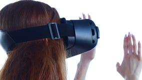 La mujer utiliza los vidrios de una realidad virtual contra el cielo almacen de video