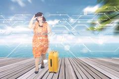 La mujer utiliza los vidrios de VR en el embarcadero Imagen de archivo libre de regalías