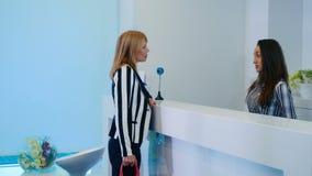 La mujer va al centro de la cosmetología almacen de metraje de vídeo