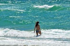 La mujer va a nadar Imágenes de archivo libres de regalías