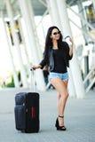 La mujer va viaje con equipaje en el aeropuerto internacional de Lviv y d Imágenes de archivo libres de regalías