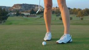 La mujer viene a la pelota de golf para el soplo final metrajes
