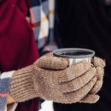 La mujer vierte té de un termo Primer del bosque del invierno Foto de Quadro Abrigo ajustado en mujeres El hombre está vertiendo  Imagenes de archivo