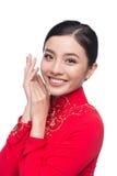 La mujer vietnamita encantadora en Ao Dai Traditional Dress aisló o Fotografía de archivo libre de regalías