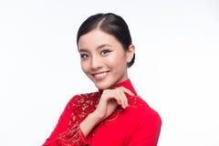 La mujer vietnamita encantadora en Ao Dai Traditional Dress aisló o Imagen de archivo libre de regalías