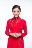 La mujer vietnamita encantadora en Ao Dai Traditional Dress aisló o Foto de archivo