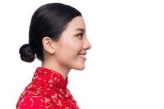 La mujer vietnamita encantadora en Ao Dai Traditional Dress aisló o Fotografía de archivo