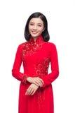 La mujer vietnamita encantadora en Ao Dai Traditional Dress aisló o Fotos de archivo