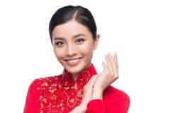 La mujer vietnamita encantadora en Ao Dai Traditional Dress aisló o Foto de archivo libre de regalías
