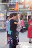 La mujer vietnamita ruega en la pagoda de Quoc Tu Fotos de archivo libres de regalías