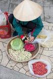 La mujer vietnamita vende habas Fotos de archivo