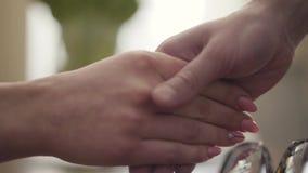 La mujer y el adolescente que sacuden el primer de las manos Palma femenina blanda de la tenencia de la mano del niño Psicólogo d almacen de metraje de vídeo