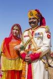 La mujer y el hombre del retrato que llevan el vestido tradicional de Rajasthani participan en Sr. Competencia del desierto como  Fotografía de archivo