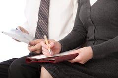 La mujer y el hombre escriben la pluma en el papel aislado Fotos de archivo libres de regalías