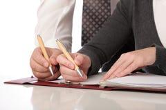 La mujer y el hombre escriben la pluma en el papel aislado Fotos de archivo