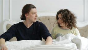 La mujer y el hombre están despertando con el griterío Retrato del primer de los pares confusos jovenes que durmieron más de la c almacen de video