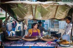 La mujer y el hombre están hablando en el mercado Fotografía de archivo libre de regalías
