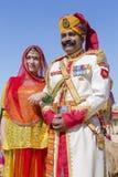 La mujer y el hombre que llevan el vestido tradicional de Rajasthani participan en Sr. Abandone la competencia como parte de fest Fotografía de archivo libre de regalías