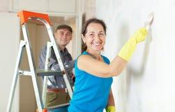 La mujer y el hombre repara en el apartamento Fotografía de archivo