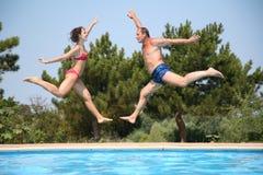 La mujer y el hombre saltan fotografía de archivo libre de regalías