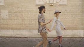 La mujer y el hombre van canal la calle y miran uno el uno al otro Pares en amor almacen de metraje de vídeo