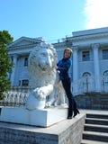 La mujer y el león Fotos de archivo