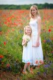 La mujer y el niño felices en la primavera floreciente colocan Día de madres Imagen de archivo libre de regalías