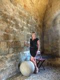 La mujer y la bola de piedra Imagenes de archivo