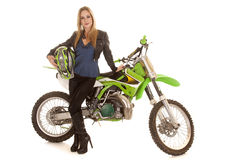 La mujer y la motocicleta hacen una pausa el casco del control Foto de archivo libre de regalías