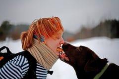 La mujer y Labrador comparten una galleta Imágenes de archivo libres de regalías