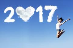 La mujer y numera 2017 en el cielo azul Fotografía de archivo libre de regalías