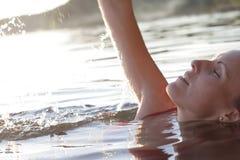 La mujer y salpica el agua Imagenes de archivo