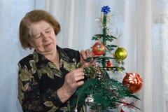 La mujer y un piel-árbol Fotos de archivo